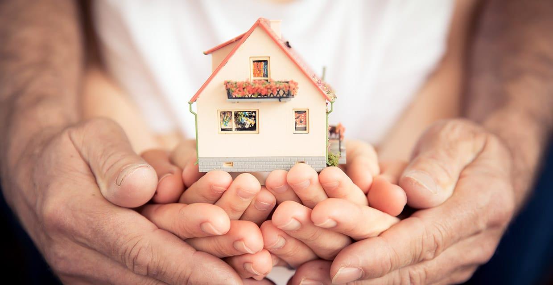 Abbildung Hände beschützen Haus